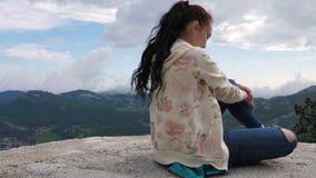 Ένα κορίτσι εξετάζει την απόσταση σε ένα μεγάλο υψόμετρο απόθεμα βίντεο