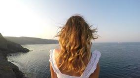 Ένα κορίτσι εξετάζει τη θάλασσα - είναι στο λόφο και υπάρχει ηλιοβασίλεμα φιλμ μικρού μήκους