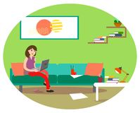 Ένα κορίτσι εργάζεται σε έναν υπολογιστή στο σπίτι σε έναν καναπέ με ένα φλιτζάνι του καφέ Απεικόνιση στο ύφος του επιπέδου ελεύθερη απεικόνιση δικαιώματος