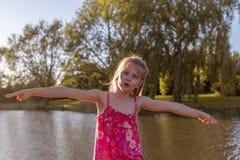 Ένα κορίτσι κάνει ένα ιπτάμενο να θέσει στοκ εικόνα με δικαίωμα ελεύθερης χρήσης