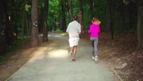 Ένα κορίτσι και ένα άτομο συμμετέχουν σε έναν αθλητισμό απόθεμα βίντεο