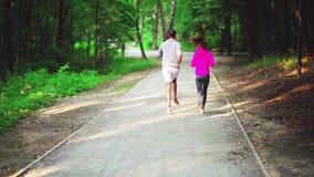 Ένα κορίτσι και ένα άτομο συμμετέχουν σε έναν αθλητισμό φιλμ μικρού μήκους