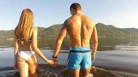 Ένα κορίτσι και ένας τύπος που τρέχουν γύρω στην παραλία απόθεμα βίντεο