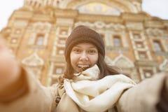 Ένα κορίτσι κοντά στην εκκλησία Savior στο αίμα Στοκ Εικόνες
