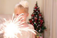 Ένα κορίτσι κρατά ένα Sparkler Στοκ Εικόνα