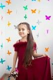 Ένα κορίτσι με ένα παιχνίδι στο χέρι της Στοκ Εικόνες