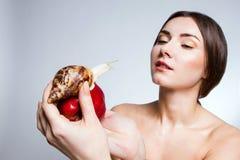 Ένα κορίτσι με ένα σαλιγκάρι στο μήλο στοκ φωτογραφία με δικαίωμα ελεύθερης χρήσης
