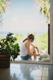 Ένα κορίτσι με ένα σκυλί Στοκ Φωτογραφίες