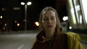 Ένα κορίτσι με τα χρυσά τσέκια στα βλέφαρά της έκλεισε τους χορούς ματιών της στην οδό συναισθηματικός sensually απόθεμα βίντεο