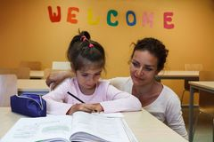 Ένα κορίτσι με το δάσκαλό της προετοιμάζει τα μαθήματα Στοκ Φωτογραφίες