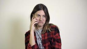 Ένα κορίτσι μιλά με το φίλο στο τηλέφωνο φιλμ μικρού μήκους