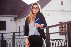 Ένα κορίτσι νέων πτυχιούχων σε αναζήτηση της εργασίας Στοκ Φωτογραφίες
