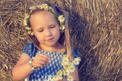 Ένα κορίτσι παίζει τις αγάπες εγώ όχι, με αγαπά Στοκ εικόνα με δικαίωμα ελεύθερης χρήσης