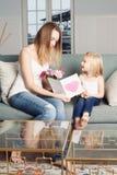 Ένα κορίτσι παιδιών συγχαίρει τη μητέρα της Στοκ φωτογραφίες με δικαίωμα ελεύθερης χρήσης