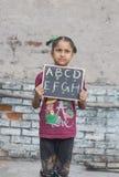 Ένα κορίτσι που μελετά τη στοιχειώδη εκπαίδευση στο ανοικτό σχολείο Στοκ Εικόνα