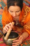 Ένα κορίτσι που παίζει στο θιβετιανό υγιές κύπελλο Στοκ φωτογραφία με δικαίωμα ελεύθερης χρήσης