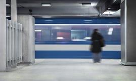 Κορίτσι που περιμένει το μετρό Στοκ φωτογραφίες με δικαίωμα ελεύθερης χρήσης