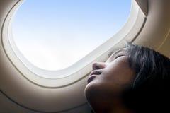 Ένα κορίτσι που στηρίζεται σε ένα αεροπλάνο στοκ φωτογραφία με δικαίωμα ελεύθερης χρήσης