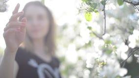 Ένα κορίτσι σε έναν ανθίζοντας κήπο φιλμ μικρού μήκους