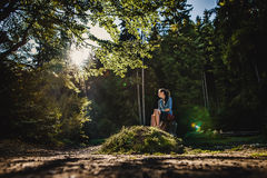 Ένα κορίτσι σε ένα δάσος Στοκ φωτογραφία με δικαίωμα ελεύθερης χρήσης