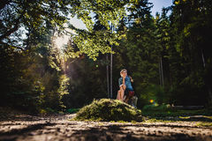 Ένα κορίτσι σε ένα δάσος Στοκ Φωτογραφίες