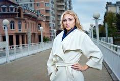 Ένα κορίτσι σε ένα άσπρο παλτό στοκ φωτογραφία