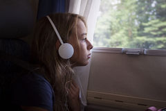 Ένα κορίτσι σε ένα αυτοκίνητο που κοιτάζει από το παράθυρο Στοκ Φωτογραφίες
