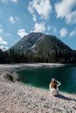 Ένα κορίτσι σε ένα καπέλο και ένα μακρύ φόρεμα περπατά κατά μήκος της λίμνης Lago Di Bries στο βόρειο τμήμα της Ιταλίας στοκ φωτογραφία με δικαίωμα ελεύθερης χρήσης