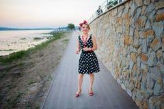 Ένα κορίτσι σε ένα φόρεμα χορεύει ευτυχώς στο εξωτερικό στοκ εικόνες με δικαίωμα ελεύθερης χρήσης