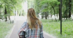 Ένα κορίτσι στηρίζεται υπαίθρια απόθεμα βίντεο