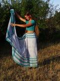 Ένα κορίτσι στη Sari στοκ φωτογραφία με δικαίωμα ελεύθερης χρήσης