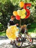 Ένα κορίτσι συμμετεχόντων στις κυρίες παρελάσεων ` στα ποδήλατα Στοκ εικόνες με δικαίωμα ελεύθερης χρήσης