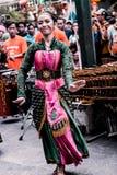 Ένα κορίτσι χορεύει παραδοσιακός χορός που συνοδεύεται από τη μουσική angklung στοκ φωτογραφίες