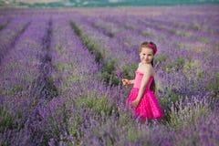 Ένα κορίτσι Brunette σε ένα καπέλο αχύρου που κρατά ένα καλάθι με lavender Ένα κορίτσι Brunette με δύο πλεξούδες σε έναν lavender Στοκ εικόνες με δικαίωμα ελεύθερης χρήσης