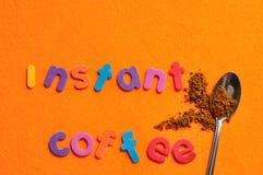 Ένα κουταλάκι του γλυκού του στιγμιαίου καφέ με το στιγμιαίο καφέ λέξεων Στοκ φωτογραφίες με δικαίωμα ελεύθερης χρήσης
