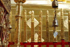 Ένα κουδούνι που αλλάζει στο βουδιστικό ναό Στοκ Εικόνα