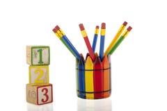Κολάζ των μολυβιών colourfull σε ένα φλυτζάνι δίπλα σε τρεις 1-2-3 κύβους Στοκ φωτογραφίες με δικαίωμα ελεύθερης χρήσης
