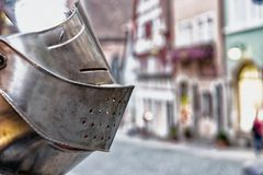 Ένα κράνος ιπποτών ` s μπροστά από τέχνες και δώρα ψωνίζει σε Rothenburg στη Γερμανία Στοκ Εικόνα