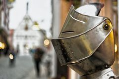 Ένα κράνος ιπποτών ` s μπροστά από τέχνες και δώρα ψωνίζει σε Rothenburg στη Γερμανία Στοκ εικόνες με δικαίωμα ελεύθερης χρήσης