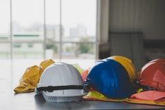 Ένα κράνος που κάθεται στο γραφείο σας στην οικοδόμηση κτηρίου Στοκ Εικόνες