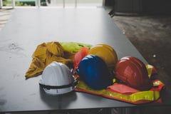 Ένα κράνος που κάθεται στο γραφείο σας στην οικοδόμηση κτηρίου Στοκ φωτογραφία με δικαίωμα ελεύθερης χρήσης