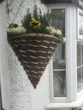 Ένα κρεμώντας καλάθι έξω από ένα εξοχικό σπίτι στοκ εικόνες με δικαίωμα ελεύθερης χρήσης