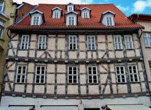 Ένα κρεμώντας μισό-εφοδιασμένο με ξύλα σπίτι στη Γερμανία Στοκ Φωτογραφία