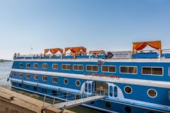 Ένα κρουαζιερόπλοιο βρίσκεται από την αποβάθρα στον ποταμό Νείλος στοκ εικόνες
