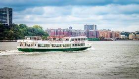 Ένα κρουαζιερόπλοιο επίσκεψης κύκλος-γραμμών ταξιδεύει κατά μήκος του ποταμού του Hudson μέσω Hoboken Στοκ Φωτογραφία
