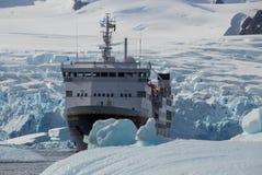 Ένα κρουαζιερόπλοιο μεταξύ των χοντρών κομματιών του πάγου στην Ανταρκτική στοκ φωτογραφίες