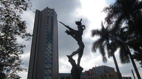 Ένα κτήριο και ένα άγαλμα Στοκ Φωτογραφίες