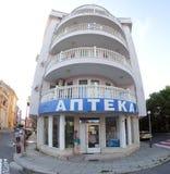 Ένα κτήριο με ένα φαρμακείο στο κέντρο της παραθεριστικής πόλης Pomorie, Βουλγαρία στοκ εικόνα