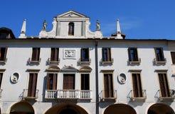 Ένα κτήριο με μια άσπρη πρόσοψη μέσα μέσω Cesatotti δίπλα στη βασιλική του ST Anthony στην Πάδοβα στο Βένετο (Ιταλία) Στοκ φωτογραφίες με δικαίωμα ελεύθερης χρήσης