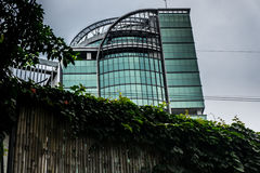 Ένα κτήριο με τη μεγάλη άποψη σχεδίου από τον πίσω φράκτη μπαμπού με τη φωτογραφία αμπέλων που λαμβάνεται στην Τζακάρτα Ινδονησία Στοκ φωτογραφία με δικαίωμα ελεύθερης χρήσης